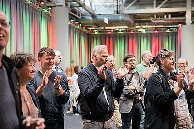 Zufriedenes Gesicht beim Durlacher Grünen-Fraktionsvorsitzenden Martin Pötzsche (Mitte) bei der Bekanntgabe der Wahlergebnisse für Durlach. Foto: cg