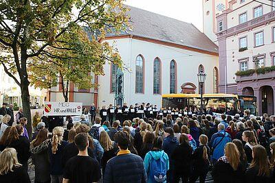 Gedenkgang im Oktober 2019 zur Erinnerung an die Deportation der Durlacher Juden. Erneut möchten jetzt die Durlacher Schülerinnen und Schüler auf Rassismus und Fremdenfeindlichkeit aufmerksam machen. Foto: cg