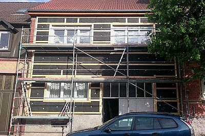 Teilsaniertes Gebäude mit Fassadendämmung. Foto: KEK