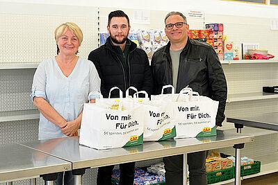 Marktleiter Niko Sandhaas übergab 31 Spendentüten an Tafelleiterin Lisa Gödek und Graziano Gangi. Foto: Lebenshilfe Karlsruhe.