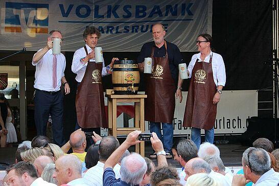 03 Durlacher Altstadtfest – Eröffnung - Das 39. Durlacher Altstadtfest wurde mit dem traditionellen Fassanstich auf der Rathausbühne wieder pünktlich um 17 Uhr eröffnet. (97 Fotos)