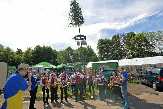 30 Maibaumstellen und Maifest in Aue - In Aue begrüßte die Freiwillige Feuerwehr und der Musikverein den Wonnemonat mit Maibaumstellen und Maifest. (14 Fotos)