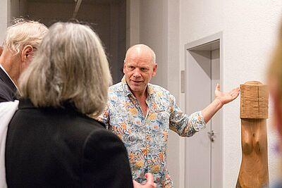 Edgar Müller im Gespräch mit den Gästen der Vernissage. Fotos: cg