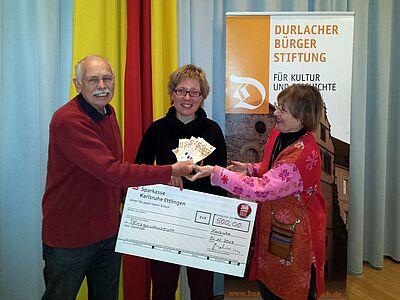 2013 wurde ein Filmprojekt unterstützt: Günter Malisius und Dr. Hildegund Brandenburg mit Dr. Alexandra Kaiser vom Pfinzgaumuseum in der Mitte. Foto: om