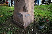 Zum Gedenken an die nach Gurs deportierten jüdischen Bürgerinnen und Bürger Durlachs. Entworfen und gestaltet wurde der Stein von Schülern des Markgrafen-Gymnasiums im Schuljahr 2010/11. Foto: cg