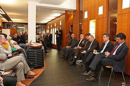 22 Forum DurlacherLeben: OB-Wahl 2012 - Die Wirtschaftsvereinigung lud bei Optik Meißburger zur Podiumsdiskussion mit den OB-Kandidaten ein. (24 Fotos)