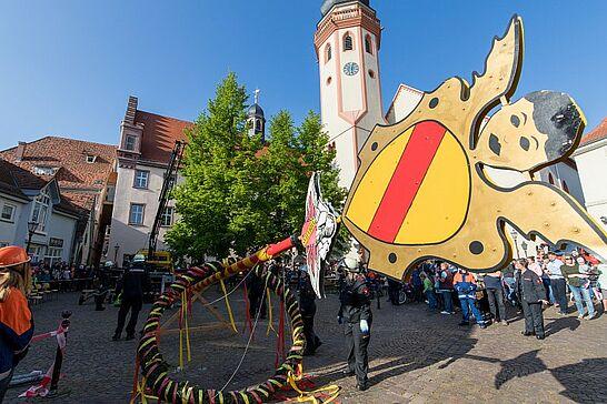 30 Maibaumstellen in Durlach - Der Maibaum wurde auf dem Saumarkt durch die Freiwillige Feuerwehr gestellt. In diesem Jahr zum zweiten Mal mit einem kleinen Fest. (26 Fotos/1 Video)
