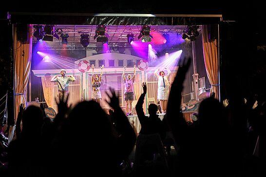 """28 Open-Air-Auftakt mit """"Traumschöff"""" im Schlossgarten - Das Kammertheater Karlsruhe on Tour machte mit seiner Schlagerrevue den Auftakt zum diesjährigen Kultursommer. (30 Fotos)"""