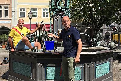"""#DuFürDurlach: Das gilt auch für tierische Bewohner der Markgrafenstadt. Die beiden Stadtamtsmitarbeiter Michael Lafferthon (l.) und Jörg Frommel (r.) nach erfolgreicher Mission """"Goldfisch"""". Foto: Stadtamt"""