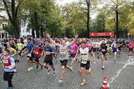 05 Turmberglauf: 10-km-Volkslauf - Der Turmberglauf ist ein flacher, schneller Stadtlauf mit einem kleinen Ausflug ins Grüne - 2013 zum 21. Mal. (186 Fotos)