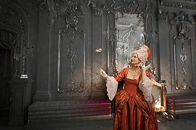 Vorgeschmack: Annette Postel im noch nicht kolorierten Marmorsaal. Grafik: Faber Courtial