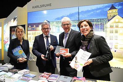 Tourismusminister Guido Wolf (2. von links) freute sich über eine Flasche Turmbergwein, die er von Klaus Hoffmann (KTG-Geschäftsführer), Dominika Szope (ZKM, links) und Katrin Lorbeer (Badisches Landesmuseum, rechts) überreicht bekam. Fotos: cg
