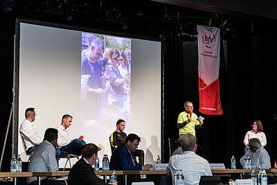 Auf dem Verbandsjugendtag des Badischen Fußballverbandes stellte Thomas Steimel (2.v.r.) vom Jugendförderverein der DJK Durlach das Jugendkonzept des Durlacher Sportvereins vor. Foto: bfv