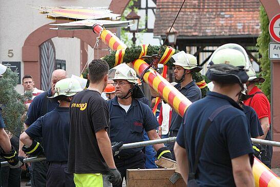 30 Maibaumstellen und Tanz in den Mai - Der Maibaum wurde auf dem Saumarkt durch die Freiwillige Feuerwehr Durlach gestellt und anschließend auf dem Turmberg in den Mai getanzt. (48 Fotos)
