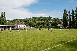 Endlich rollt der Ball wieder im Turmbergstadion. Im Freundschaftsspiel trifft der ASV Durlach auf GU/Türk.SV Pforzheim. Foto: cg