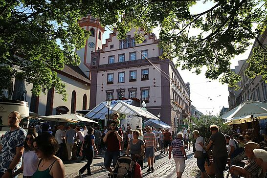 Juli - Juli bedeutet Feierhochphase mit dem Durlacher Altstadtfest und in diesem Jahr auch wieder mit dem Hansa-Fest und seinem traditionellen Schubkarrenrennen. (7 Galerien)