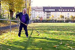 Herbstarbeiten am neuen Rasenplatz des ASV Durlach. Foto: Giacomo Giangrasso