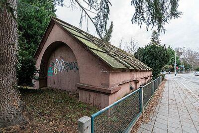 Das Durlacher Brunnenhaus an der Badener Straße wurde nach Plänen von Friedrich Weinbrenner errichtet und war als Quellhaus wichtiger Bestandteil der erneuerten Wasserversorgung der Residenz Karlsruhe. Fotos: cg