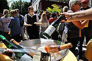 Station 2: Zum Ochsen – feine Weine wurden im Innenhof gereicht. Foto: cg