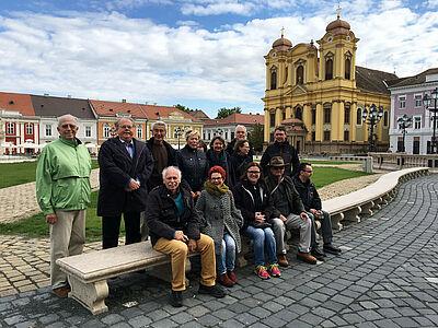 Die Reiseteilnehmer vor dem Temeswarer Dom. Foto: pm