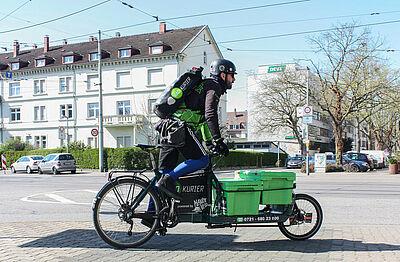Viel Arbeit für die Radkuriere vor Ostern: Auch Mitgliedsunternehmen der Wirtschaftsvereinigung DurlacherLeben können den kostenlosen Lieferservice für ihre Kunden nutzen. Foto: Radkurier Karlsruhe