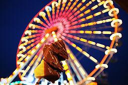 Reisenrad und Schokofrüchte: Die Schausteller versprechen Spiel, Spaß und kulinarische Vielfalt auf dem Karlsruher Messplatz. Fotos: cg