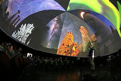 Mit Gernot Meiser im mobilen Planetarium auf Sternenreise. Fotos: cg