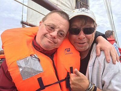 "Michael Kuppinger alias Käptn Mike und ""Leinen Los""-Initiator Carsten de la Porte beim ""morgentlichen Apell"" an Bord. Foto: dlp"