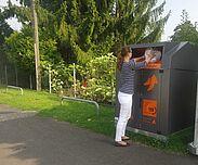 Spenden für Alttextilcontainer in Tüten verpacken. Foto: pia