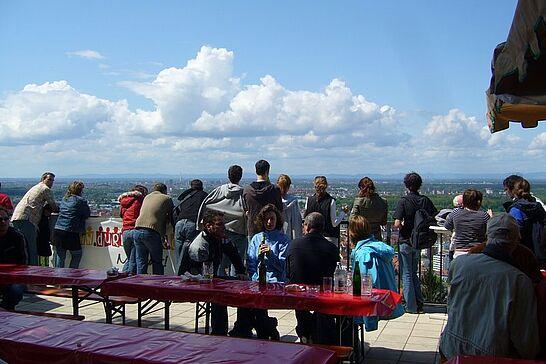 01 1. Mai auf dem Turmberg - Am 1. Mai luden die ARGE, die FF Durlach und der Durlacher Frauchenchor auf die Aussichtsterrasse des Turmbergs ein. (7 Fotos)