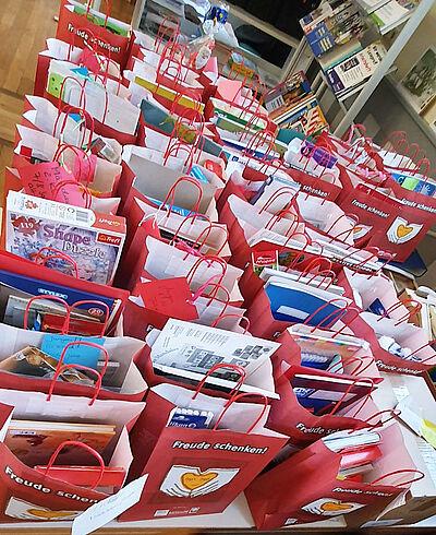 """60 Weihnachtstüten kamen insgesamt für die Aktion """"Freude schenken"""" zusammen. Foto: pm"""