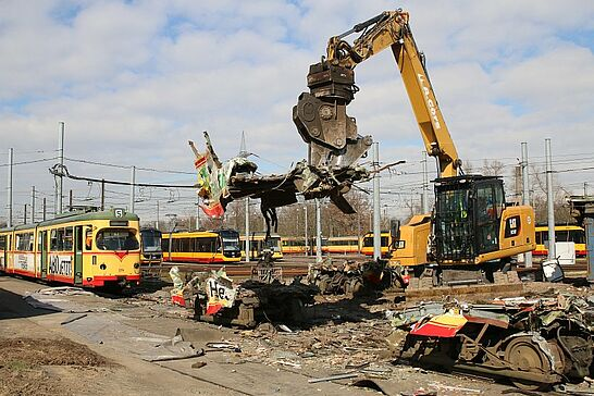20 Verschrottung der letzten Holzklasse-Straßenbahnen - Die letzten alten Straßenbahnen mit dem Berliner Bären waren Kult in Karlsruhe. Jetzt wurden sie verschrottet. (33 Fotos)