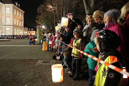 11 Sankt-Martins-Umzug - Laternen, Geschichten und Brötchen zum Teilen: Viele begeisterte Kinder begleiteten Sankt Martin durch Durlach. (42 Fotos)