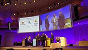 Bei der Verleihung zum eGovernment-Wettbewerb nahm Bürgermeister Dr. Albert Käuflein den ersten Preis für das Projekt digital@KA entgegen. Foto: Stadt Karlsruhe