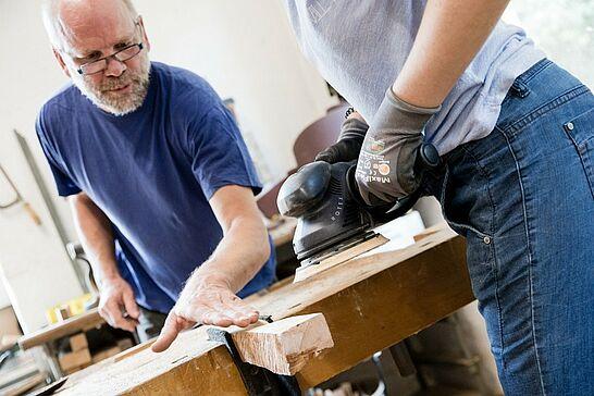 02 Workshop bei Edgar Müller: Holzskulpturen - Kreativität mit Holz: In seinem Workshop begleitet Edgar Müller die Teilnehmer bei der Anfertigung einer kleinen Skulptur. (33 Fotos)