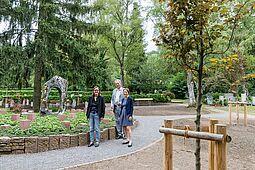 Freuen sich über die gelungene Umsetzung (v.l.): Ortsvorsteherin Alexandra Ries, Friedhofamtsleiter Matthäus Vogel und Bürgermeisterin Bettina Lisbach. Foto: cg