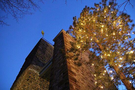Dezember - In diesem Jahr erinnerten die Weihnachtstemperaturen eher an Ostern. Bei 14 Grad genossen auf dem Turmberg zahlreiche Besucher den wunderbaren Ausblick. (1 Galerie)