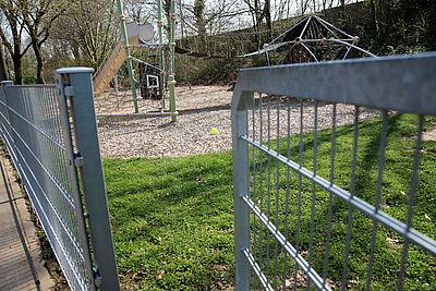 Vorherige Situation: Bisher weder geschlossen noch ein Hinweisschild zu sehen – am Spielplatz in der Untermühlsiedlung. Fotos: cg/hw