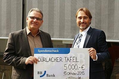 BBBank-Filialdirektor Rainer Wolf (rechts) übergab die Spende an die Durlacher Tafel. Fotos: pm