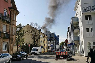 Bei Bauarbeiten auf dem Dach eines Neubaus in der Pfinzstraße brach Feuer aus. Foto: om