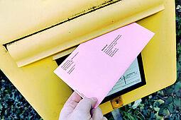 Spätestens am Mittwoch, 10. März 2021, sollte der rote Wahlbrief  in einen Briefkasten der Deutschen Post (Inland) eingeworfen werden. Foto: om