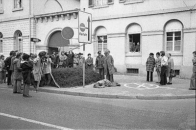 """Szene aus dem Tatort-Dreh für den Krimi """"Gefährliche Wanzen"""" 1973 in Karlsruhe: Kommissar (Werner Schumacher) begutachtet vor dem Polizeirevier 6 in der Stephanienstraße 28 eine """"Leiche"""". Foto: Schlesiger/Stadtarchiv Karlsruhe"""