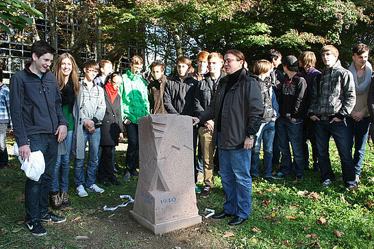 21 Feierstunde zur Mahnmal-Enthüllung - Das Mahnmal an Wilmar-Schwabe-Straße soll an das Schicksal der aus Durlach deportierten Juden erinnern. (15 Fotos)