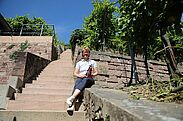 Jana Menzel vom Staatsweingut präsentiert die Turmbergweine. Foto: cg