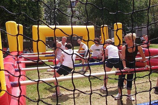 30 Menschen-Kicker-Turnier (III) - In Anlehnung an die Fußball-EM 2012 feierte das Online-Portal im Weiherhof seinen 5. Geburtstag. (69 Fotos)