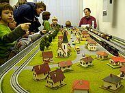 Achtung Zugdurchfahrt! Spielzeugeisenbahnen in Betrieb. Foto: cg