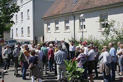 Auf der Suche nach den historischen Spuren in der Untermühl- und Dornwaldsiedlung starteten die Teilnehmer gemeinsam am Bahnhof. Fotos: pm