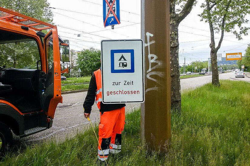 Im Herbst könnten die Schilder wieder angepasst werden: Dann soll der Campingplatz in Durlach wieder geöffnet werden. Foto: cg