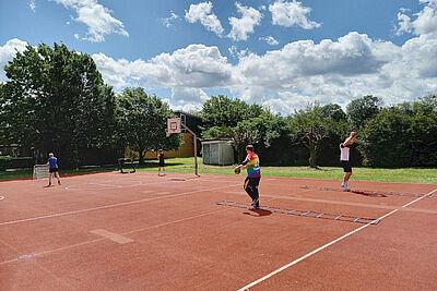 """Trainingsauftakt der """"Durlach Turnados"""": Endlich konnte das inklusive Handballteam nach langer Pause sein erstes Training auf der Außenanlage der Turnerschaft bestreiten. Fotos: pm"""