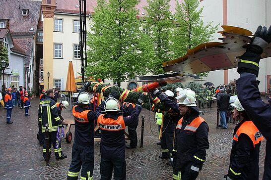 30 Maibaumstellen auf dem Saumarkt - Bei wenig frühlingshaftem Wetter wurde der Maibaum auf dem Saumarkt durch die Freiwillige Feuerwehr Durlach gestellt. (31 Fotos)